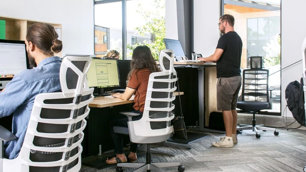 Improve Your Health in Office by Using the Electric Standing Desk